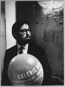 Franck Gribling op de opening van de tentoonstelling Taktielen van hemzelf en IJzeren beelden van Theo Niermeyer in galerie 845 op 1 november 1963
