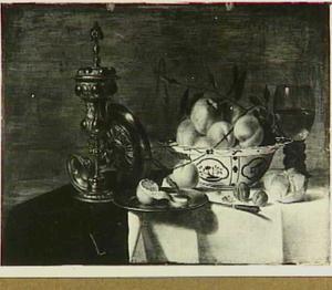 Stilleven met zilverwerk en vruchten in een schaal