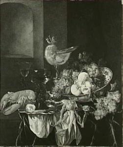 Stilleven met fruit, kreeft, roemer en nautilusbeker op een donker kleed met wit servet