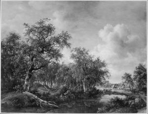 Boslandschap met een visser aan de waterkant, op de andere oever reizigers