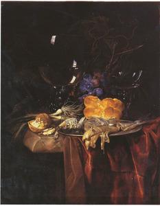 Stilleven met roemer, vis, brood, walnoten, uien en druiven op een donker kleed