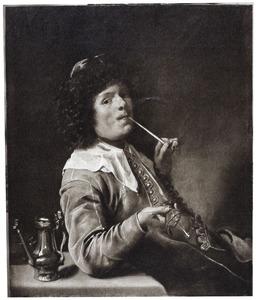 Rokende jonge man aan tafel, met een leeg glas in zijn hand