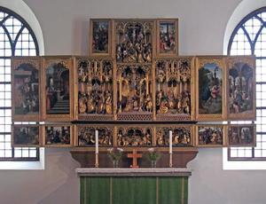 De geboorte van Maria, de tempelgang van Maria (binnenzijde linkerluik); Het huwelijk van Maria en Jozef, de aanbidding der herders, de kruisiging, de aanbidding der Wijzen (middendeel); De vlucht naar Egypte, Christus' dispuut met de tempelgeleerden (binnenzijde rechterluik); De intocht in Jerusalem, de zuivering van de tempel (binnenzijde linker predellaluik); Christus wast de voeten van de apostelen, het Laatste Avondmaal, Christus in Gethsemane (predella); De gevangenneming van Christus, Christus voor Pilatus (binnenzijde rechter predellaluik); De kruisdraging (binnenzijde linker bovenluik); De bewening (binnenzijde rechter bovenluik)