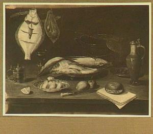 Stilleven vis, keukengerei, brood, citroen en sinaasappel op een tafel