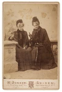 Portret van Helena Lucia Kips (1866-1928) en Félicie Elisabeth Heynsius (1866-...)