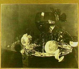 Stilleven met roemer, gedreven zilveren schotel, vruchten en roos