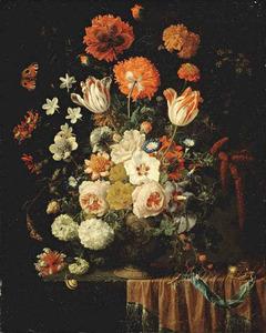 Bloemen in een gedecoreerde bronzen vaas, met een horloge, op een deels gedekte tafel
