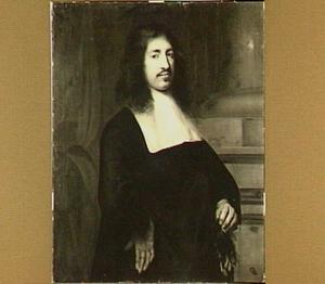 Portret van een man in een donker kostuum met een witte kraag met in de linkerhand een paar handschoenen