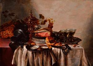 Stilleven van een gedekte tafel met ham en oesters