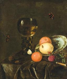 Stilleven met sinaasappels, citroen, porseleinen bord en roemer op een tafel