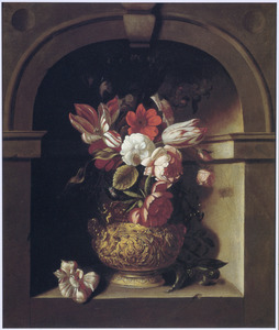 Bloemen in een verguld zilveren vaas in een nis
