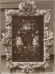 Bloemenkrans rond een relief van twee putti