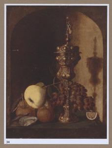 Stilleven met vruchten, een akeleibeker en oesters in een nis