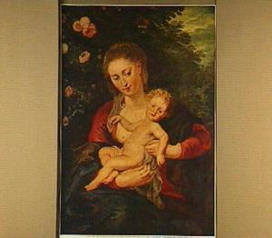 Maria met kind op schoot bij een rozenstruik