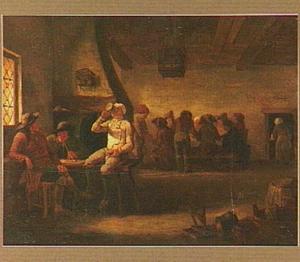 Herbergtafereel met links drie mannen drinkend en roken aan tafel, op de achtergrond een groep rondom een tafel