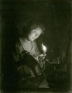 Jonge vrouw met brandende kaars en lantaarn
