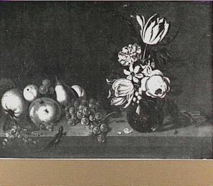 Stilleven met vaas met bloemen en vruchten los op tafel