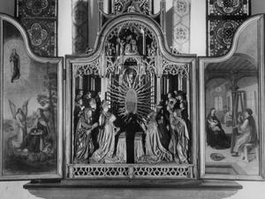 Johannes van Patmos (binnenzijde linkerluik); Madonna Immaculata vereert door wereldlijke en kerkelijke leiders (middendeel); De H. Lukas portretteert Maria met kind (binnenzijde rechterluik)