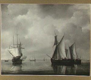 Schepen op kalm water, links lost een schip een kanonschot