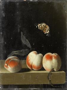 Drie perziken op een stenen blad, een vlinder erboven