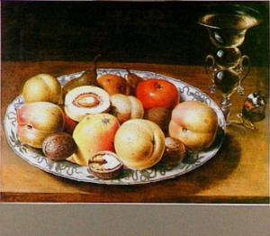 Vruchten en noten op een porseleinen bord, rechts een glas en een vlinder