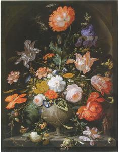 Boeket bloemen in een nis, in een vaas met een voorstelling van Rebecca en Eliezer