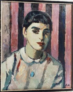 Portret van een vrouw tegen achtergrond van roze-zwart gestreept behang