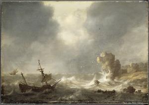 Ruwe zee met schip in nood voor een rotsachtige kust