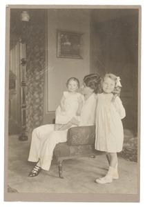 Portret van Johanna Adriana van Rossum (1886-...), Marian Catharine Gobius (1910-1994) en Louise Constance Gobius (1914-...)
