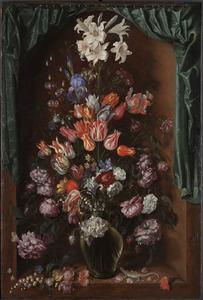 Bloemen in een nis achter een geopend gordijn