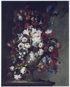 Bloemen in een vaas, gedecoreerd met een vrouwenfiguur