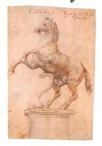 Steigerend paard met slang, op een sokkel