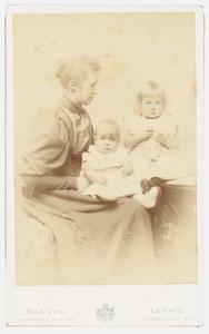 Familieportret van Sophie Marie Henriette van Ittersum (1867-1932), Cornelia Henriette Hermine van Tets (1892-) en  Willem van Tets (1894-)