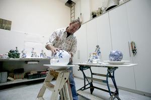 Nicolas Dings aan het werk in zijn atelier