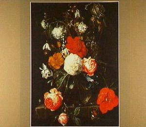 Bloemen in glazen vaas met vlinder en kruisspin