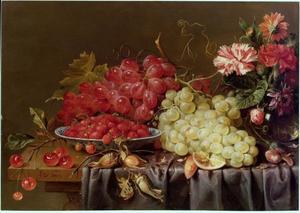 Druiven en andere vruchten op een tafel, met een boeketje bloemen
