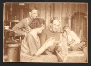 Jacob Bendien (m) met onder meer Chris Hasholt in een atelier