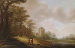 Landschap met wandelaars op een zandweg bij een kerkruïne