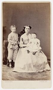 Portret van Maria Jacoba Antoinette Veeren (1835-1914) en haar kinderen