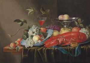 Vruchtenstilleven met een kreeft, een Wanli schaal, een wijnglas, een tinnen bord en een tazza