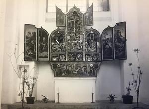 De kus van Judas, Pilatus wast zijn handen in onschuld (binnenzijde linkerluik); Ecce homo (binnenzijde linker bovenluik); De visitatie, de aanbidding der Wijzen, de aanbidding der herders, de presentatie in de tempel, de vlucht naar Egypte, de kruisdraging, de kruisiging, de bewening (middendeel); Christus in limbo (binnenzijde rechter bovenluik); De graflegging, de verrijzenis (binnenzijde rechterluik)
