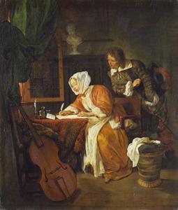 Een man kijkt mee over de schouder van een vrouw die een brief schrijft