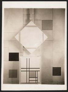 Het atelier van Piet Mondriaan te Parijs, met op de ezel 'compositie met gele lijnen'