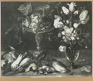 Stilleven met gevogelte, bloemen in een glazen vaas en druiven op een tazza