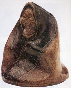 Zittende aap, in doek gehuld