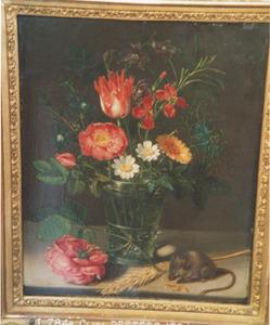 Bloemen in een glas, met een muis en een korenaar, op een stenen plint