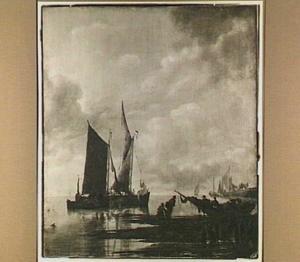 Schepen voor de kust, in de voorgrond een vissersbootje op het droge