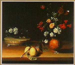 Stilleven met twee bloemstukken en een tak perziken