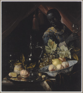 Wan Li- kom met vruchten, een zilveren schotel met sinaasappels en een zilveren koffiekan op een tafel met daarachter een bediende met een roemer