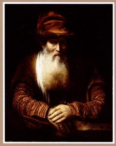 Baardige oude man met een hoed met bontrand op